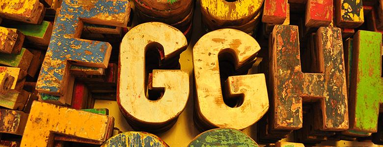 Holzbuchstaben, Hintergrund