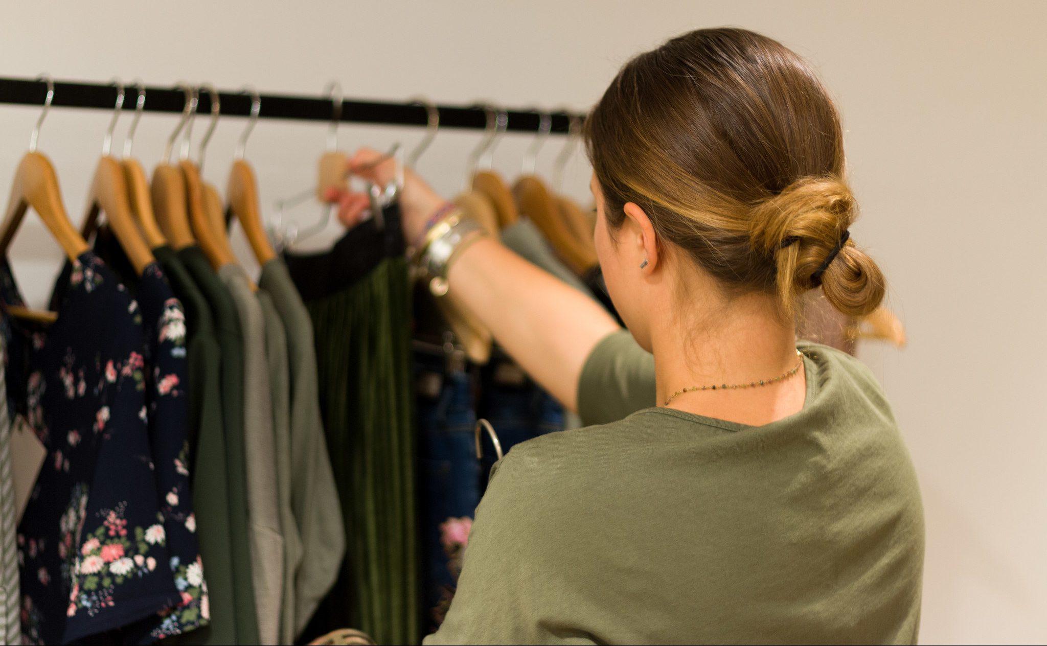 Vrouw hangt kleding op bij Les Soeurs