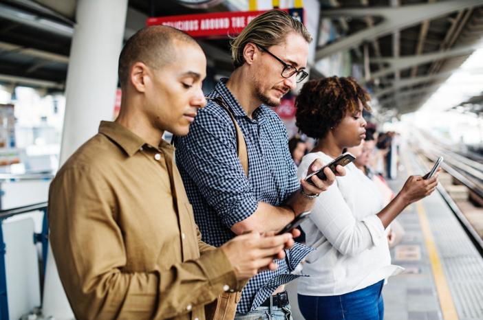 Mensen kijken naar hun mobiele telefoon